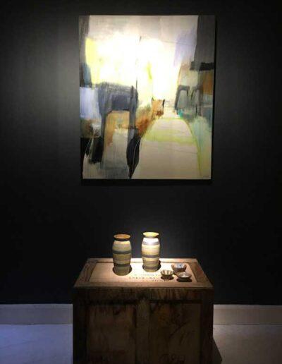 Udstilling med abstrakt kunst og unika keramik .