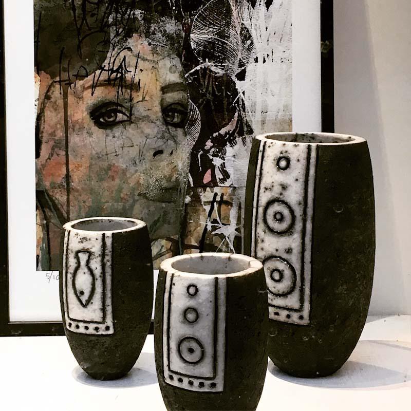 Raku keramik : Nina Cederberg  Kunst tryk : Rie Brødsgård. Udstiller vinteren 2020 .